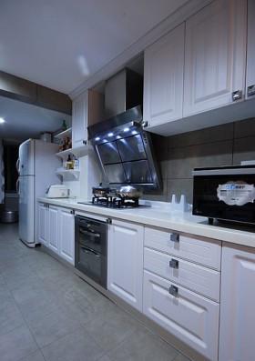 有点跳tone的厨房橱柜是白色实木的。
