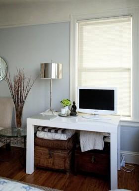 活用可收纳空间,书桌下面的空间用来收纳箱子和毛巾,