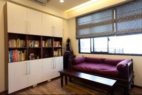 书房规划长型书桌做為阅读区,兼具收纳机能的柜体设计