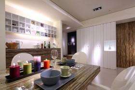 餐厅与玄关的关系位置,特殊木纹装饰的柜体与桌面,呈