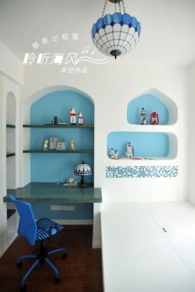 把凹进去的墙壁涂了蓝色的涂料,和座、椅灯具的颜色很
