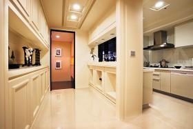 厨房以白色为主的柜体设计,有效延展空间概念。