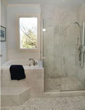 现代简约卫生间洁具有一个微小的浴缸和淋浴相邻单元小浴室
