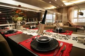 金域蓝湾餐厅餐桌上的餐具图片