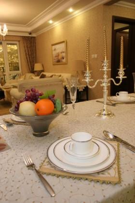金域蓝湾餐厅里餐桌上的餐具图片