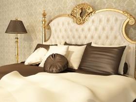卧室内的欧式床和台灯图片