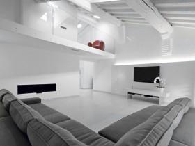 跃层式客厅灰色沙发和电视机图片
